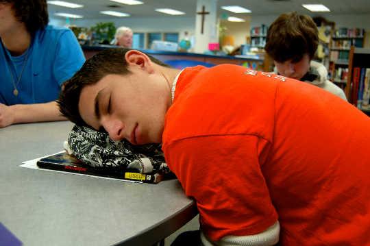 ¿Deberían los adolescentes dormir durante los días escolares?
