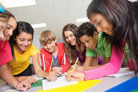 Por qué los compañeros nos motivan a aprender más que los maestros