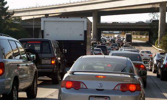 El simple estrés de sentarse en el tráfico puede conducir a más crimen