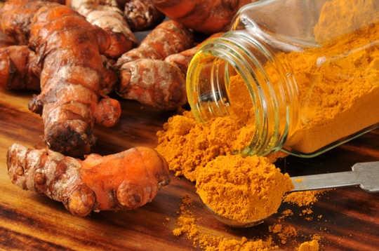 tumerisk 4 25Can gurkmeja verkligen krympa tumörer, minska smärta och döda bakterier?