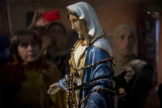 Vad ligger bakom tro i gråtande Jungfru Maria Statyer