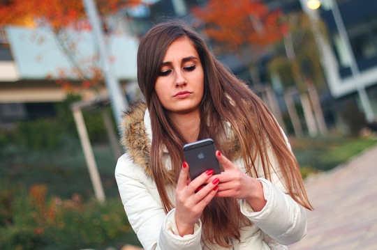Tại sao một khoảng thời gian trong một tin nhắn văn bản làm cho bạn âm thanh không trung thực hoặc tức giận?