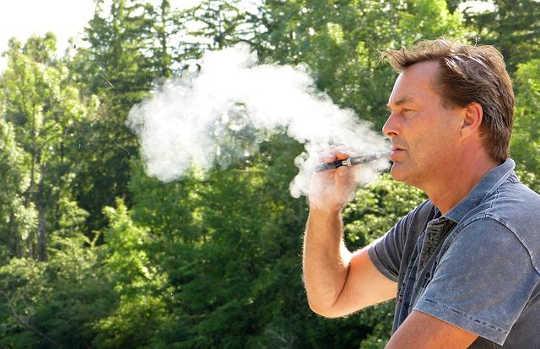 क्या ई-सिगरेट आपके दांत और मसूड़ों के लिए नियमित सिगरेट के रूप में खराब है?