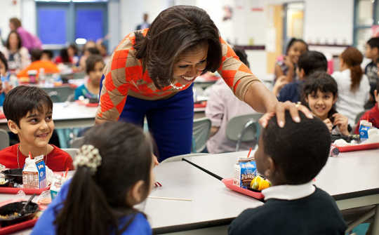 First Lady Michelle Obama har lunsj med studenter på Parklawn Elementary School i Alexandria, Va., Jan. 25, 2012.