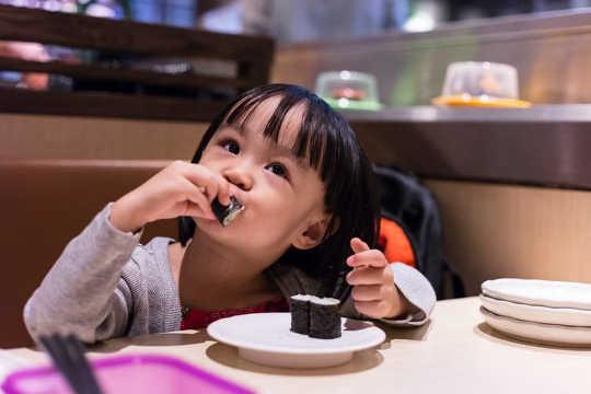 Wie das Essen von Fischen das Brustkrebsrisiko Ihres Kindes verringern kann