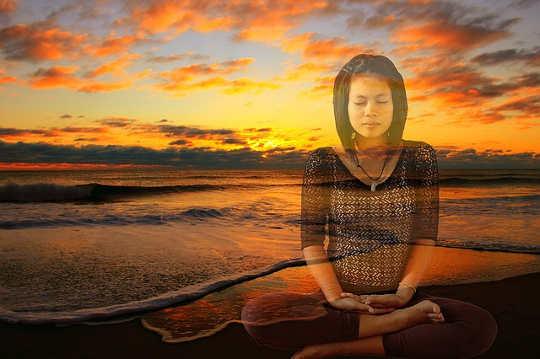 एक शांतिपूर्ण और आराम से मन प्राप्त करने के लिए एक सरल श्वास तकनीक