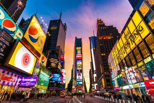 赫胥黎的世界國家以消費主義和娛樂為中心。