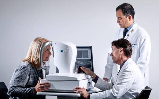 这种简单的眼科检查可以早期发现阿尔茨海默病