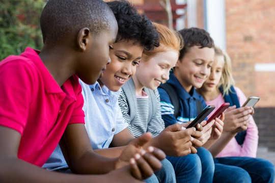 सेलफोन के साथ बच्चों को बुलीज होने की संभावना अधिक है - या बुलिड हो जाओ। माता-पिता के लिए 6 युक्तियां यहां दी गई हैं