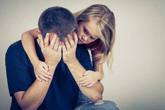 क्या आपको बच्चों से नकारात्मक भावनाएं छिपाना चाहिए?