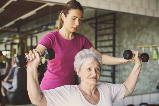 فعالیت بدنی کافی در طول سالیان متمادی: بیش از حد افراد سالخورده فعالیت های تقویت می کنند.
