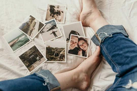 Tìm kiếm lời nhắc và hồi tưởng lại những ký ức thường là một phần của quá trình đau buồn. (Các giai đoạn 5 của đau buồn không đến trong các bước cố định)