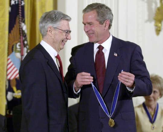 Fred Rogers dengan Presiden George W. Bush (Bagaimana pesan cinta Mister Rogers dapat membantu kita sekarang)