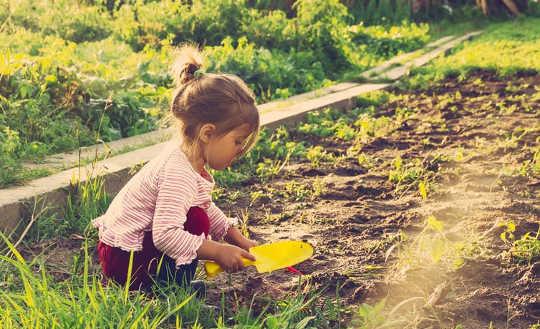 在自然中有益于学习,这里是如何让孩子在外面
