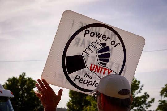 Ein Aktivist bei einer Kundgebung in Detroit, Michigan, im Juni 14, 2018 (Welchen Schaden richten wir unseren Kindern und uns selbst an?)