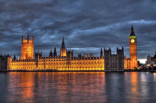 Britse Houses of Parliament - niet zo verlicht als het lijkt. (Hoe weet je of je een bullebak bent)