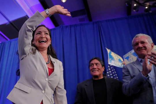 Deb Haaland van New Mexico op nov. 6 werd een van de twee inheemse Amerikaanse vrouwen die in het Amerikaanse huis van afgevaardigden werden gekozen. (Hoeveel vrouwen zijn er nodig om een gebroken congres te veranderen?)