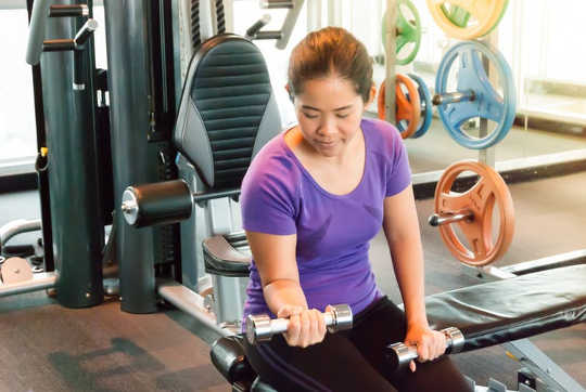 De nieuwe richtlijnen suggereren dat volwassenen minstens twee keer per week gewichten heffen. (Tijd vrijmaken voor lichaamsbeweging)