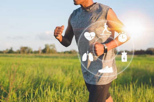 دستگاه تناسب اندام ردیابی یک راه عالی برای پیگیری زمان، ضربان قلب و فاصله است. (زمان برای ورزش)