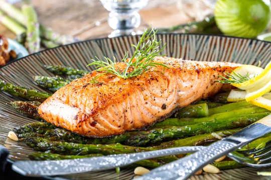 Ia masih menjadi kenyataan bahawa ikan air sejuk adalah baik untuk anda. (Adakah suplemen omega 3 mengurangkan serangan jantung?)