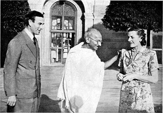 भगवान और लेडी माउंटबेटन के साथ गांधी। (क्यों गांधी अभी भी प्रासंगिक हैं और आज राजनीति का एक नया रूप प्रेरित कर सकते हैं)