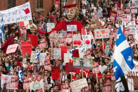 Tuhannet opiskelijat marssivat Montrealin keskustan kaduilla maaliskuussa 2012issa massiivisessa mielenosoituksessa lukukausimaksuja vastaan. (miksi meidän on kiinnitettävä huomiota nuorison äänivaltaan)