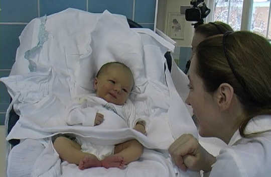 Là trẻ sơ sinh mỉm cười thực sự chỉ là một phản xạ?