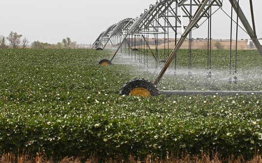 农民从巨型奥加拉拉含水层中抽取地下水比自然更快取代它