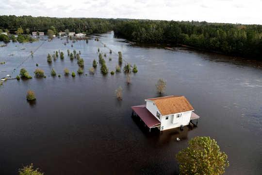 قدرتی آفات کے دوران کس طرح آرام دہ ماحولیاتی ضابطے سے خطرہ بڑھ جاتا ہے