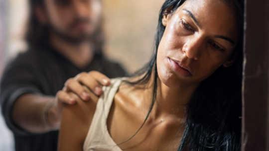 Wat is die verskil tussen seksuele misbruik, seksuele aanranding, seksuele teistering en verkragting?