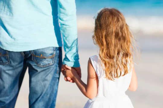बच्चों के कल्याण अपने पिता के मानसिक स्वास्थ्य के साथ हाथ में हाथ जाता है