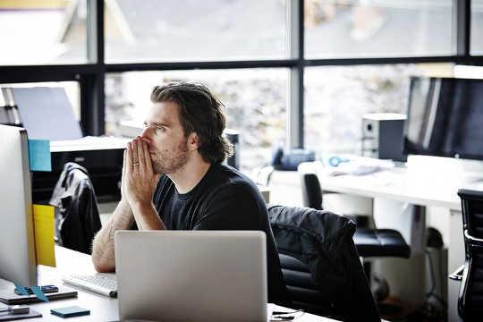 Один фактор, вызывающий депрессию и беспокойство на рабочем месте