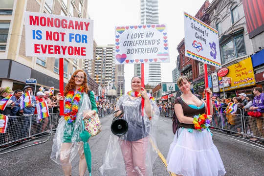 Polyamory-groep betreedt de 2018 Toronto Pride Parade. (Shutterstock)