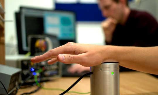 Wie der Klang durch die Haut klingt, verbessert das Hören an lauten Orten