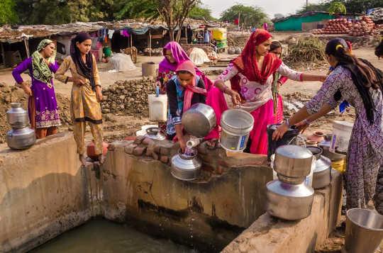 Hvorfor samle vann setter millioner av kvinner inn i førsteklasses borgere