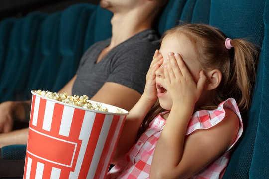 Cómo ver una película de miedo con tu hijo