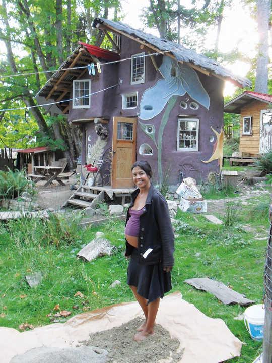 इन घरों को बनाने के लिए, हम एक अखिल महिला क्रू चुनते हैं