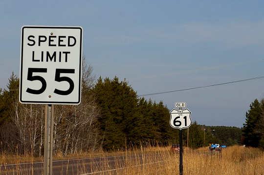 Warum die Einstellung von Geschwindigkeitsbegrenzungen zu niedrig ist, erhöht die Zahl der Abstürze