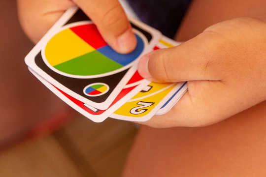 處理和安排卡片,塊和小塊有助於小手指發展精細運動技能。 (如何通過每周遊戲之夜提升孩子的技能和記憶)