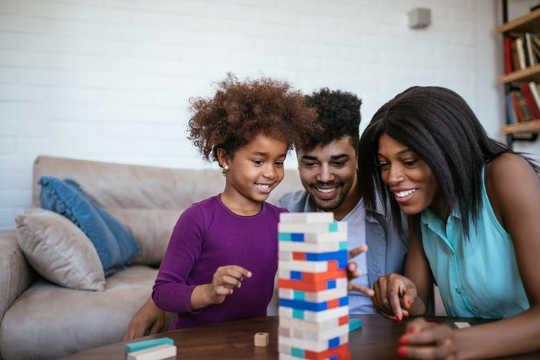 چگونه می توان مهارت ها و خاطرات کودکان را با یک شب بازی هفتگی تقویت کرد