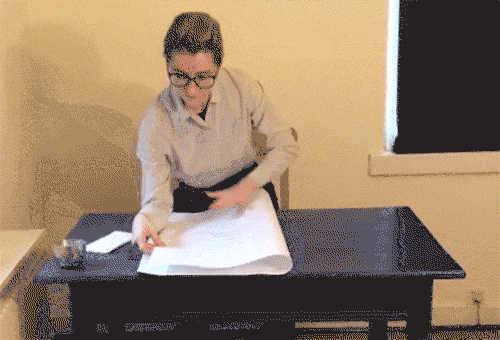 एक कोशिश में कागज के एक बड़े टुकड़े को ठीक से मोड़ो (क्या कोई रोबोट डेस्क जॉब पकड़ सकता है?)