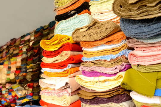 क्यों सस्ते कपड़े एक उच्च पर्यावरणीय लागत पर आते हैं