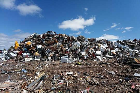 अमेरिकियों द्वारा उपयोग किए जाने वाले लगभग 85 प्रतिशत कपड़े, लगभग 3.8 बिलियन पाउंड सालाना, ठोस अपशिष्ट के रूप में लैंडफिल में भेजे जाते हैं (सस्ते कपड़े उच्च पर्यावरणीय लागत पर क्यों आते हैं)