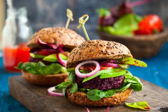 Pourquoi l'industrie de la viande pourrait-elle gagner gros du passage aux modes de vie végétariens?