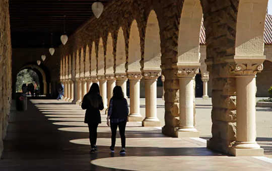 Des étudiants se promènent sur le campus de l'Université Stanford à Santa Clara, en Californie. Stanford dispose d'une dotation en milliards de 24. (Le vrai scandale des universités américaines est le privilège subventionné)