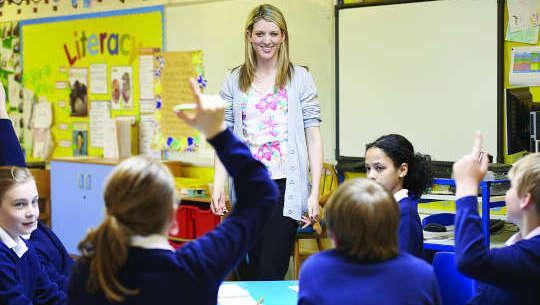 lærer som står foran studenter i et åpent klasserom