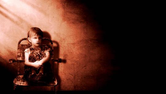 νεαρή κοπέλα που κάθεται σε μια καρέκλα στο σκοτάδι