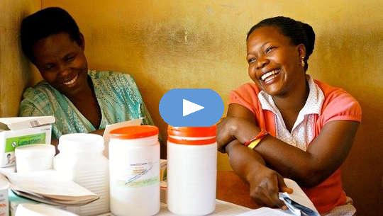 zwei Frauen sitzen lachend