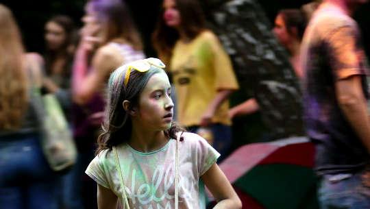 ung flicka i en folkmassa