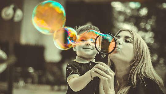 mor og barn blåser bobler